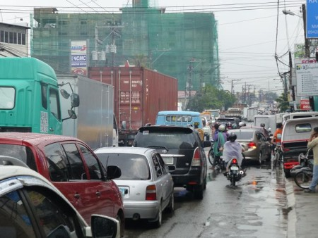 フィリピン  セブ、急な大雨で道路が冠水