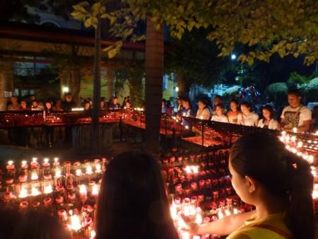 フィリピン  夜のサントニーニョ教会_きれいな炎 【セブ】