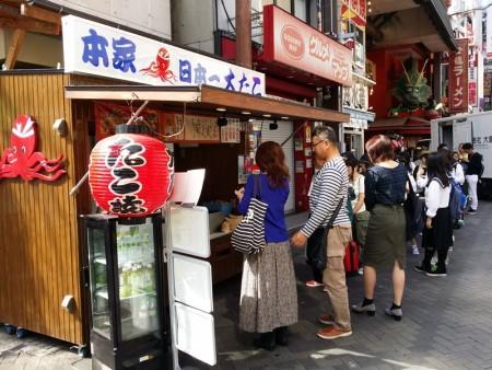 日本  大阪ブラブラ_道頓堀 巨大なオブジェ看板を見ながら たこ焼きを