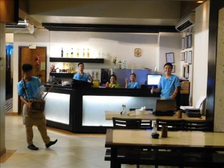 フィリピン  ゴールデンカウリーで夕食