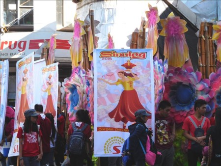 フィリピン  シヌログ祭りの準備中 結構リラックスしてます