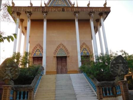 カンボジア  バイクでプノンペン郊外をドライブ中にふらっと入った寺院