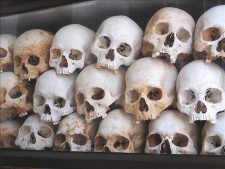 カンボジア  キリング・フィールドの慰霊塔で約9000個の頭蓋骨