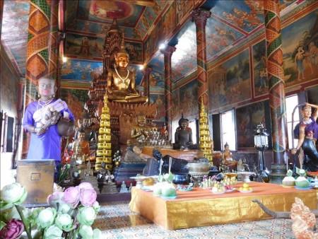 カンボジア  ワット・プノンで幻想的な時間を 【プノンペン】