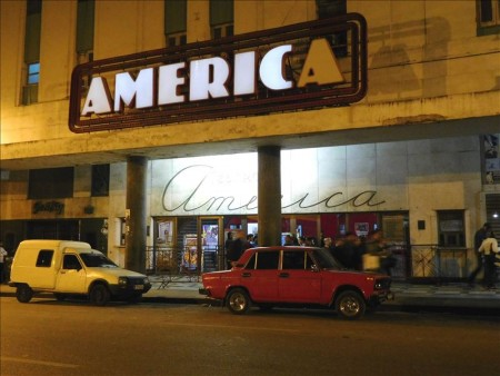 キューバ  ライトアップされたハバナの夜をブラブラ