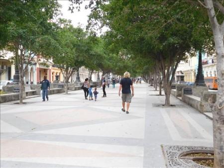 キューバ  ハバナの遊歩道(マルティ通り)で見かけたキューバ人達