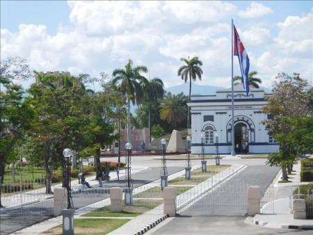 キューバ  サンティアゴ・デ・クーバの革命広場は大迫力 【キューバ旅行】