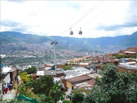 コロンビア  危険なスラム街と言われるロープウェイの下の街を散策 【メデジン】