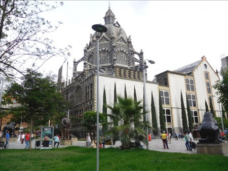 コロンビア  太っちょな銅像が並んでるボテロ広場 【メデジン】