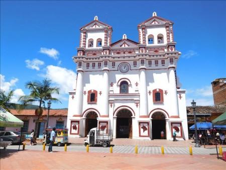 コロンビア  ここはおとぎの国?メルヘンチックな街並み「グアタペ」 【メデジン】