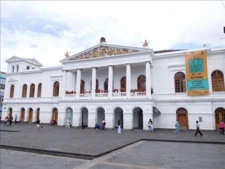 エクアドル  高い所が好きならバシリカ教会(Basílíca del Voto Nacíonal)へ