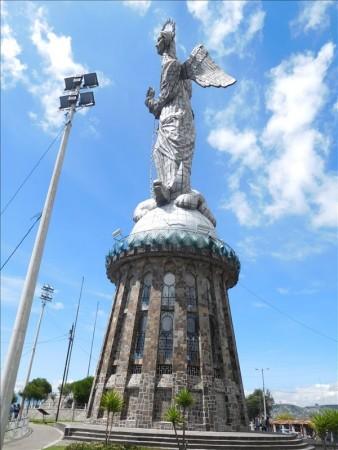 エクアドル  パネシージョの丘で聖母像(女神像?)にのぼってきた 【キト】