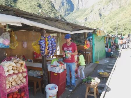 ペルー  線路を歩いてマチュピチュ村へ