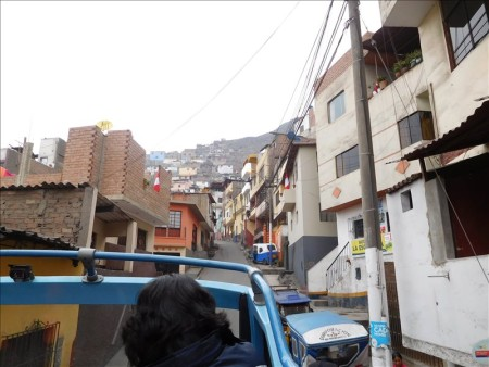 ペルー  ツアーバスでサンクリストバルの丘へ