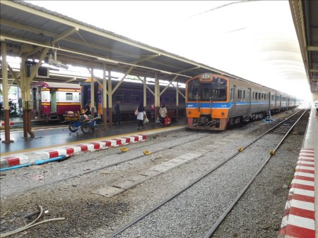 タイ  バンコク ⇒ ジャカルタ移動_5バーツの鉄道でドンムアン空港へ