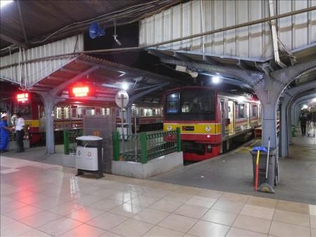 インドネシア  日本の電車に乗って安宿街の「ジャラン・ジャクサ」へ 【ジャカルタ】