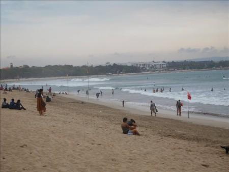 インドネシア  宿の周辺をブラブラ散策_ビーチウォークモールとかクタビーチとか