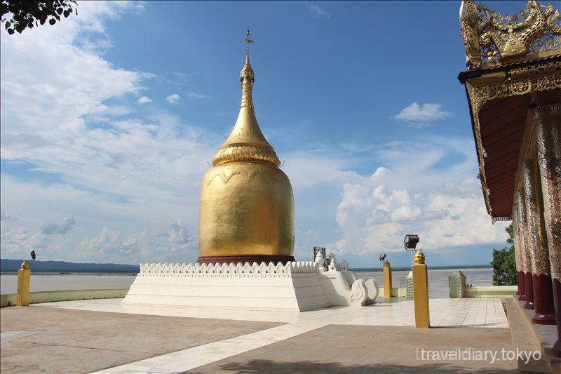 川岸でたたずむブーパヤーにある面白い形の仏塔【バガン】