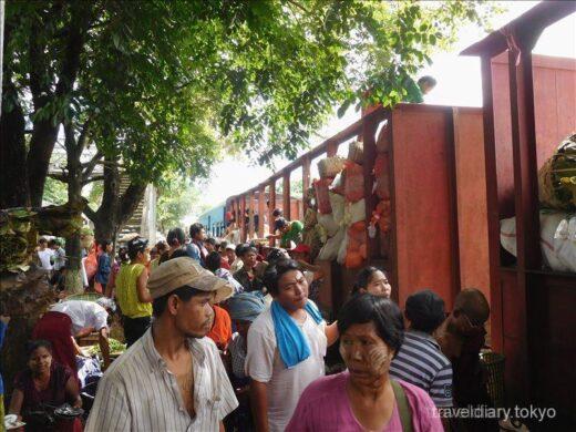 ミャンマー  人と列車と商品がごちゃ混ぜのダニンゴン市場を見学【ヤンゴン】
