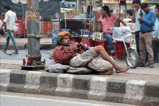 インド  ニューデリーの街を散策_立ち食いカレーが美味しそう