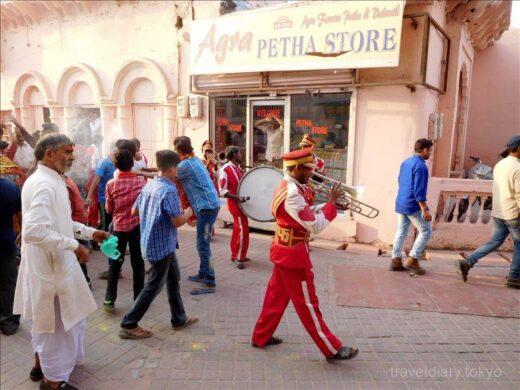 インド  アグラの街はお祭り騒ぎ