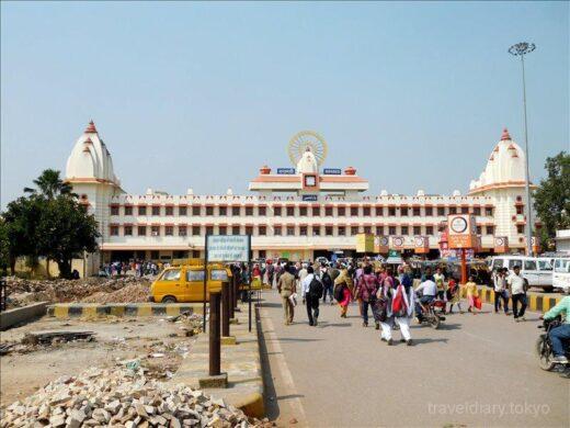 インド  乗合オートリキシャでバラナシ駅まで行って鉄道チケットを買ってきた