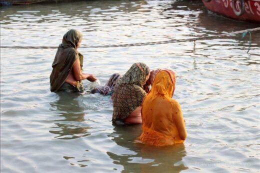 インド  ヒンドゥー教最大の聖地バラナシ_「ガンガー」で沐浴する人たち