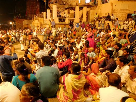インド  ダシャーシュワメード・ガートで毎晩行われる祈りの儀式「プージャ」