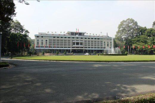 ベトナム  ホーチミンの郵便局は観光名所_芸術的なコロニアル建築が美しい