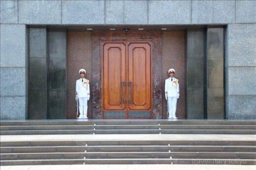 ベトナム  ホーおじさんの眠るホーチミン廟で衛兵交代式を見学【ハノイ】