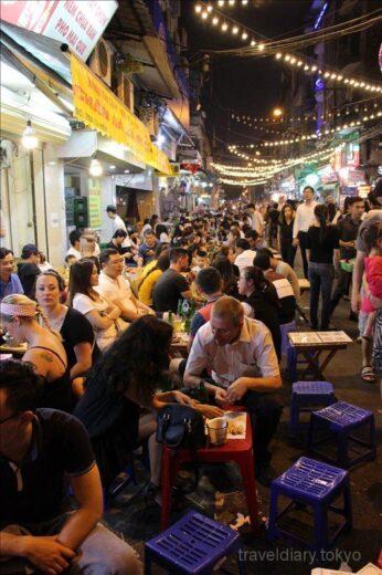 ベトナム  アオザイを着た美女たちが舞うストリートファッションショー