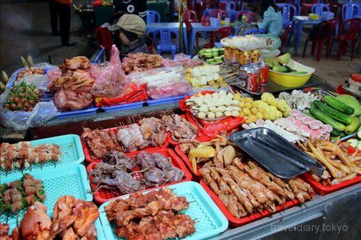 ベトナム  道端でお土産物を売る少数民族の人達【ベトナム】