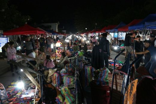 ラオス  ルアンパバーンのナイトマーケットでおかず盛り放題【ラオス】