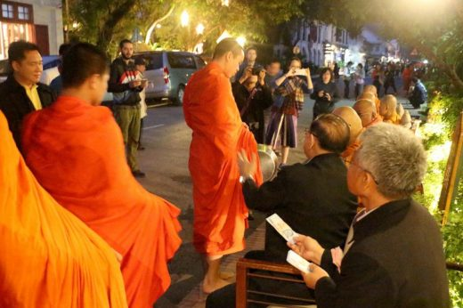 ラオス  僧侶が僧侶にお供え物?最後にルアンパバーンの托鉢を見学【ラオス】