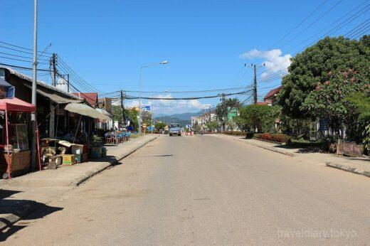 ラオス  青空をバックに山々が広がるバンビエンの街をブラブラ散策【ラオス】