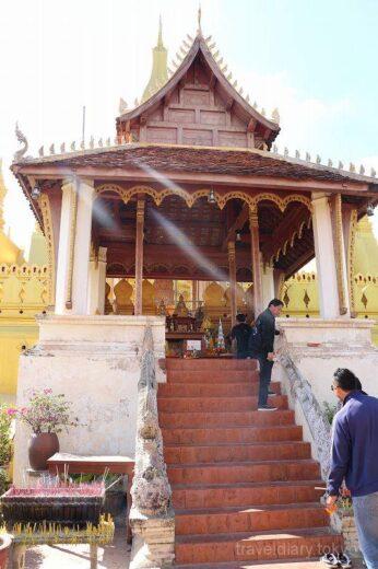 ラオス  ラオスを代表する大仏塔「タート・ルアン」に自転車で行ってきた