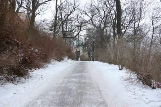 チェコ  冬のペトシーンの丘は一面の銀世界_ケーブルカーに乗って行って来た